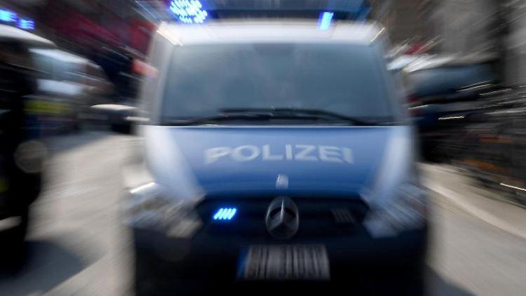 Polizeiwagen mit Blaulicht. Foto: Carsten Rehder/Archivbild