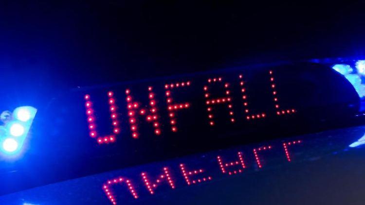 Die Polizei warnt mit einer Leuchtschrift zwischen den Blaulichtern vor einem Unfall.Foto: Monika Skolimowska/Archivbild