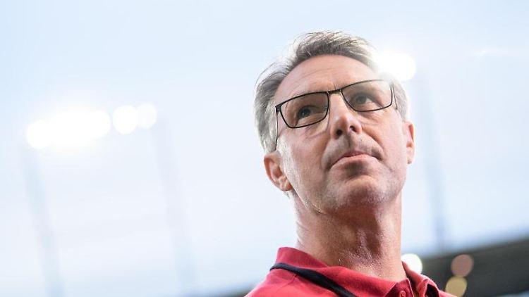 Damir Canadi, Trainer von FC Nürnberg, steht vor Spielbeginn am Spielfeldrand. Foto: Matthias Balk/Archivbild