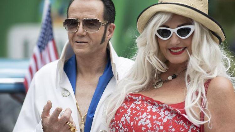 Elvis-Imitator Gerd Rapp aus Mühlacker posiert auf dem Festivalgelände für Fotos. Foto: Boris Roessler