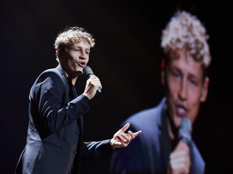Sänger Tim Bendzko während eines Konzertes.jpg