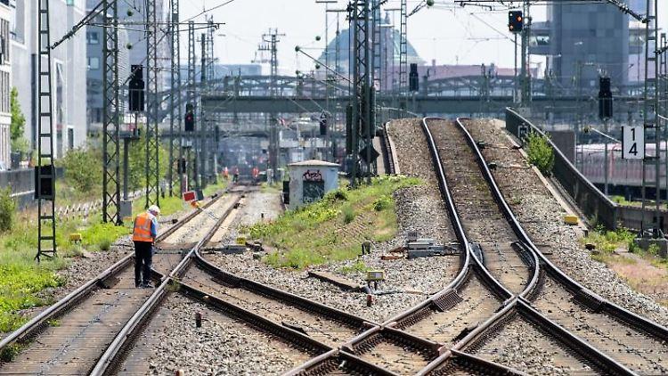 Ein Bauarbeiter untersucht die S-Bahn-Stammstrecke zwischen Donnersbergerbrücke und Hackerbrücke. Foto: Matthias Balk/Archivbild