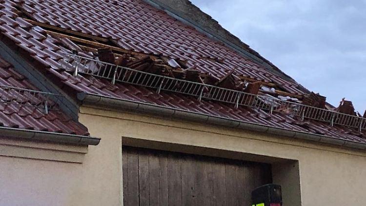 Sturmböen haben Dachziegel aus dem Dach eines Hauses im brandenburgischen Klaistow herausgelöst.Foto:JulianStähle