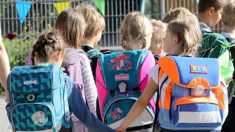 Schüler auf dem Weg zu ihrer Grundschule.Foto: Bernd Wüstneck/Archivbild