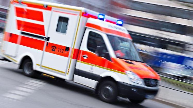 Ein Rettungswagen fährt mit Blaulicht. Foto: Nicolas Armer/Archiv