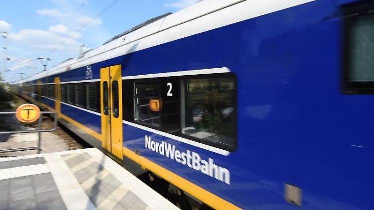 Eine Nordwestbahn hält an einer Station. Foto: Carmen Jaspersen/Archivbild
