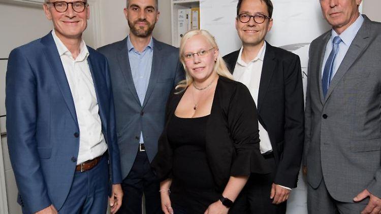 Eckhard Scholz (l-r, CDU), Belit Onay (Grüne), Jessica Kaußen (Linke), Marc Hansmann (SPD) und Joachim Wundrak (AfD) bei einem Diskussionsabend. Foto:Julian Stratenschulte