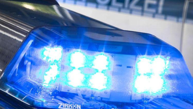 Ein Blaulicht leuchtet auf dem Dach eines Polizeiwagens. Foto: Friso Gentsch/Archiv