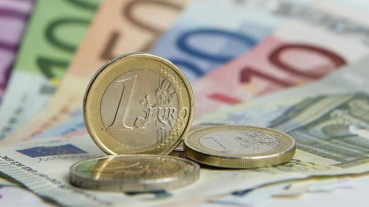Euro-Münzen liegen auf Euro-Banknoten. Foto: Daniel Reinhardt/Archivbild