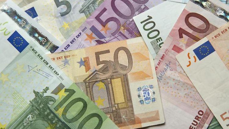 Zahlreiche Euro-Banknoten liegen übereinander. Foto:Daniel Reinhardt/Archivbild