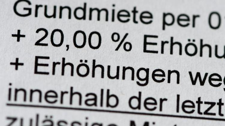 Eine 20 prozentige Mieterhöhung auf die Grundmiete wird auf einem Schreiben angekündigt. Foto:Jens Kalaene/Archivbild