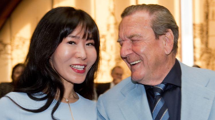 Gerhard Schröder und Soyeon Schröder-Kim lernten sich kennen als beide noch mit anderen Partnern verheiratet waren