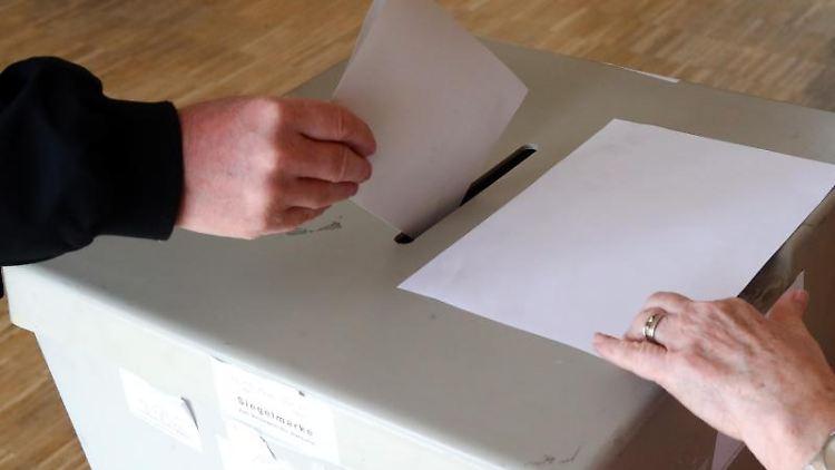 Eine Wählerin wirft ihren Wahlschein in einem Wahllokal in die Wahlurne. Foto: Bodo Schackow/Archiv