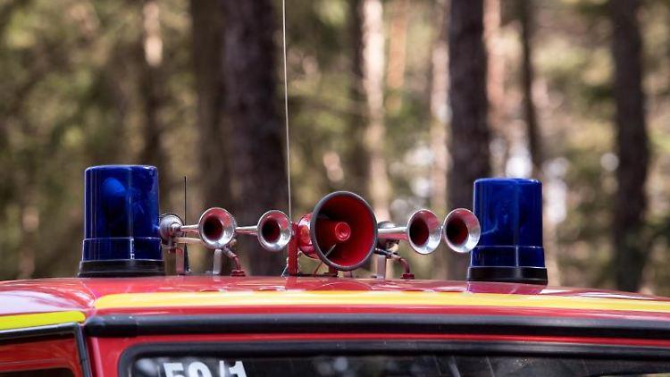 Ein Feuerwehrauto mit Martinshorn auf dem Dach. Foto: Sven Hoppe/Archiv