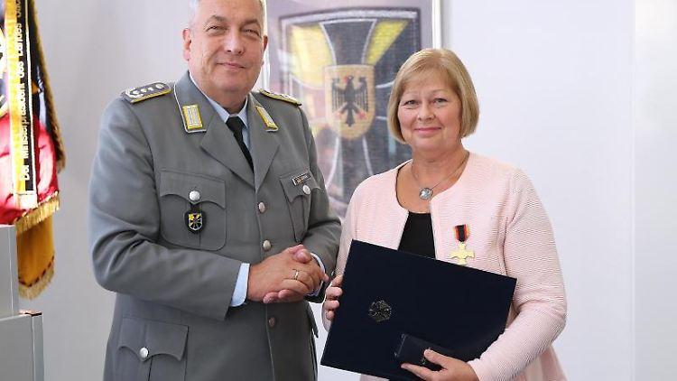 Halvor Adrian verleiht das Bundeswehr-Ehrenkreuz in Gold an Gabriele Brakebusch. Foto:Ronny Hartmann