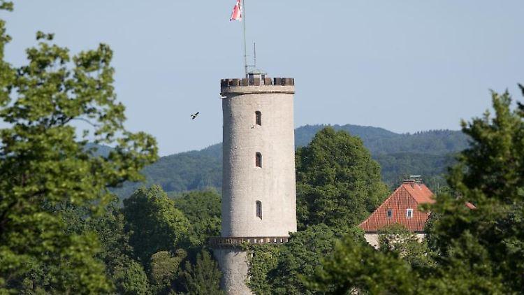 Ein Vogel fliegt an der Sparrenburg vorbei. Die ehemalige Festungsanlage ist ein Wahrzeichen der Stadt Bielefeld. Foto: Friso Gentsch/Archiv