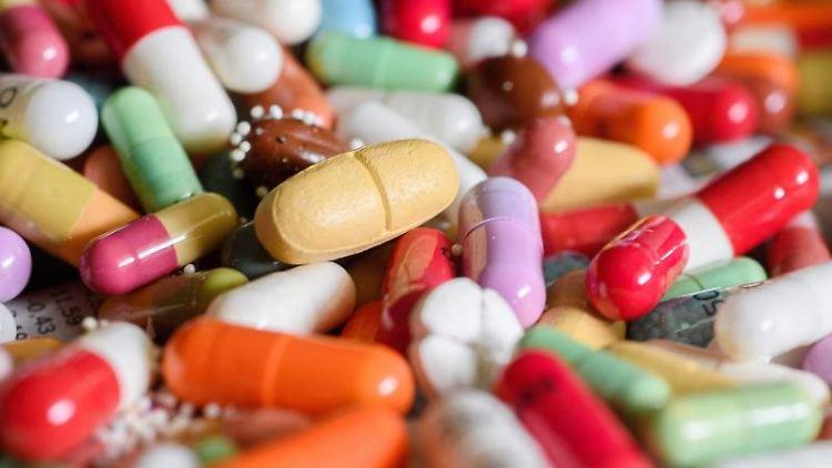 Unterschiedliche Medikamente, darunter überlagerte Kapseln, sind am wahllos zu einem bunten Wirrwarr aufgehäuft. Foto: Hans-Jürgen Wiedl/Archivbild