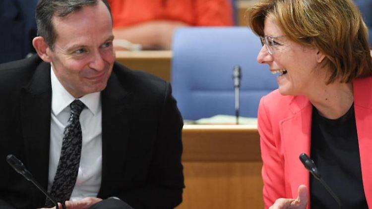 Malu Dreyer (SPD) und ihr Stellvertreter Volker Wissing (FDP) unterhalten sich während einer Plenarsitzung. Foto: Arne Dedert