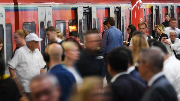 Eine S-Bahn hält auf einem Gleis des Bahnhofs Konstablerwache. Foto: Arne Dedert/Archivbild