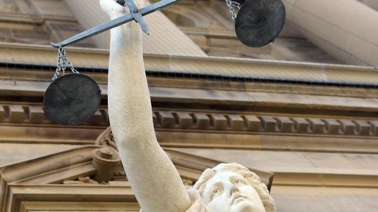 Vor dem Justizgebäude steht eine Statue der Göttin Justitia. Foto: Stefan Puchner/Archivbild