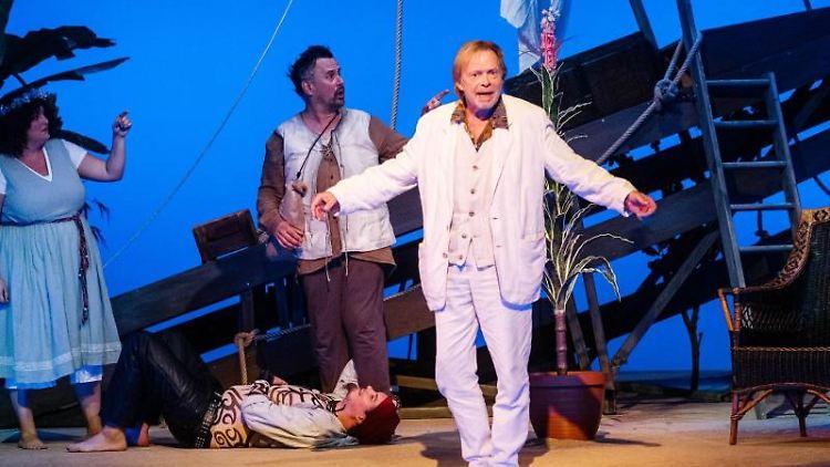 Volker Lechtenbrink (r) als Narr spielt mit Julia Liebtrau (l) als Zofe und Roland Renner (M) als Malvolio. Foto: Markus Scholz/Archivbild
