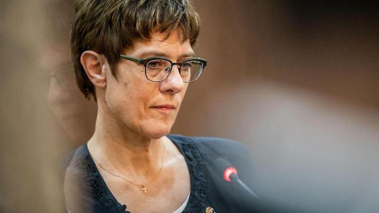 Annegret Kramp-Karrenbauer (CDU), Verteidigungsministerin, spricht bei einer Pressekonferenz. Foto: Michael Kappeler/Archivbild