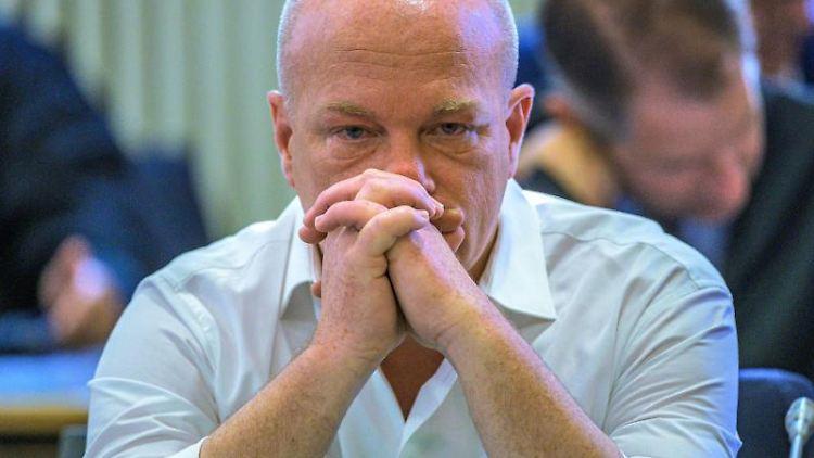 Der in einem Korruptionsprozess angeklagte suspendierte Regensburger Oberbürgermeister Joachim Wolbergs sitzt im Verhandlungssaal im Landgericht. Foto: Armin Weigel