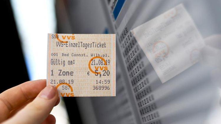 Eine Frau hält ein VVS-Einzel-Tagesticket in der Hand. Foto: Edith Geuppert