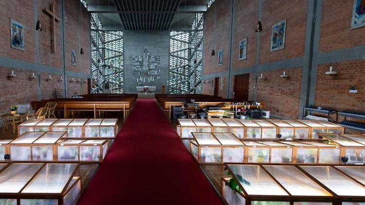 Die Kunstinstallation Be(e)tbänke ist in der Evangeliumskirche München-Hasenbergl zu sehen. Foto:Sven Hoppe