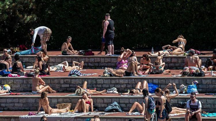 Zahlreiche Badegäste sonnen sich im Prinzenbad in Kreuzberg. Foto: Paul Zinken