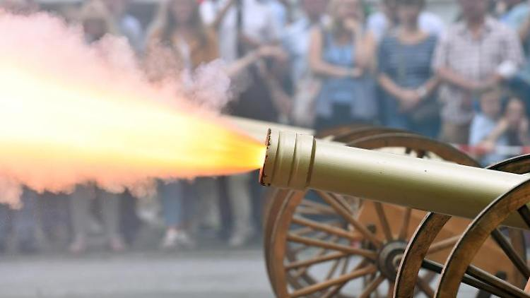 Kanonen werden beim Kanonenböllern anlässlich des Bürger-Schützenfest 2017 abgefeuert. Foto: Caroline Seidel/Archiv