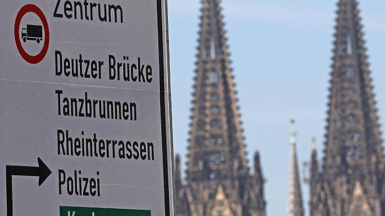 Auf einem Verkehrsschild ist das Durchfahrverbot für die Innenstadt für Lastwagen angezeigt. Foto: Oliver Berg