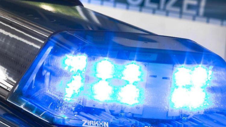 Ein Blaulicht auf dem Dach eines Polizeiwagens. Foto: Friso Gentsch/Archivbild