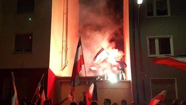 Rechtsradikale demonstrieren mit Pyrotechnik und Schwarz-Weiß-Roten Fahnen, die von 1933 bis 1945 die Farben der Flagge des Deutschen Reiches darstellten. Foto: Robert Rutkowski/Archiv