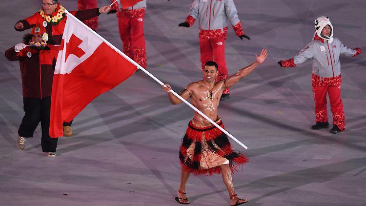 """Pita Taufatofua als Fahnentrager von Tonga bei der Eroffnungsfeier der Olympischen Winterspiele 2018 in Pyeongchang - Das olympische Multitalent: Der """"Coconut Fighter"""" versucht jetzt Kanu"""