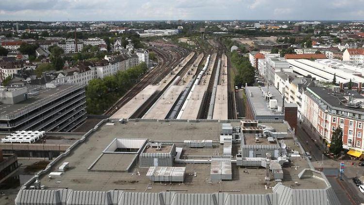 Fernverkehrszüge stehen auf den Gleisen des Fernbahnhofs-Altona in Fahrtrichtung des Bereichs Diebsteich. Foto: Axel Heimken/Archiv