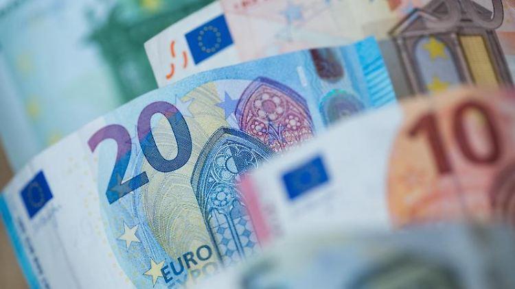 Verschiedene Euro-Scheine sind zu sehen. Foto: Daniel Karmann/Archivbild