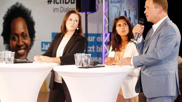 Moderatorin Asli Sevindim (l.-r.), Staatssekretärin Serap Güler (CDU) und Integrationsminister Joachim Stamp (FDP). Foto: Roland Weihrauch