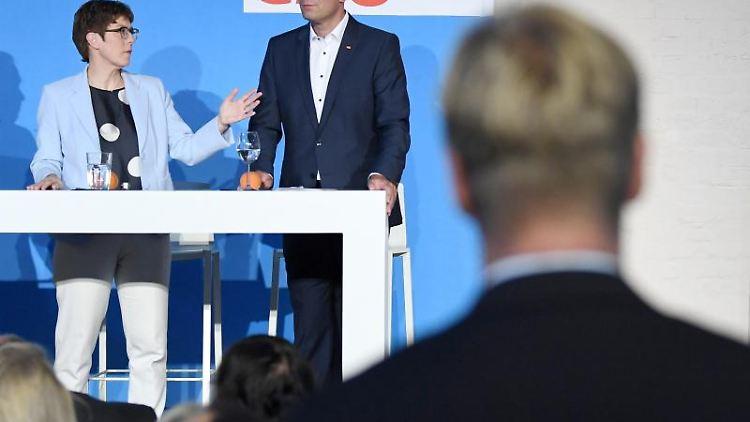 Annegret Kramp-Karrenbauer (CDU) spricht neben Daniel Sauer (CDU) bei einer Wahlkampfveranstaltung ihrer Partei. Foto: Jörg Carstensen