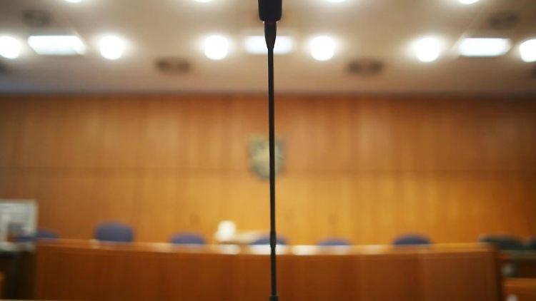 Der Zeugentisch in einem Verhandlungssaal des Landgerichts in Frankfurt am Main. Foto: Fredrik von Erichsen/Archivbild