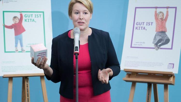 Franziska Giffey (SPD) spricht in ein Mikrofon und steht zwischen zwei auf Staffeleien angebrachten Postern. Foto: Jörg Carstensen/Archivbild