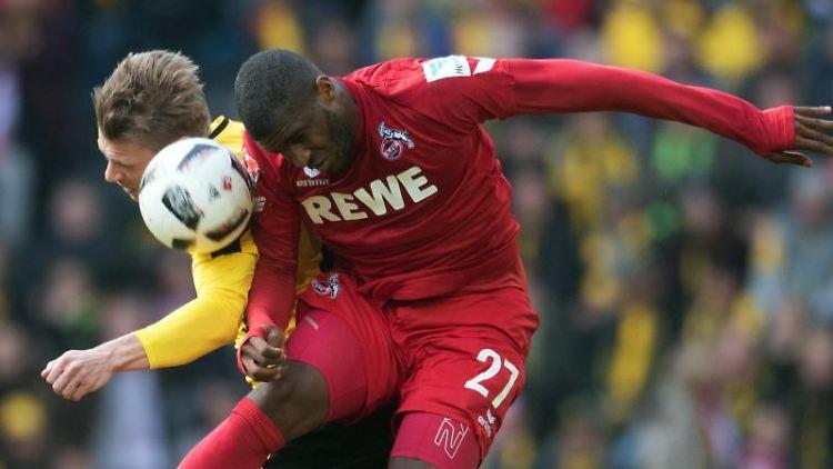 Dortmunds Lukasz Piszczek (l.) und Anthony Modeste von Köln im Kopfballduell. Foto: Bernd Thissen/Archivbild