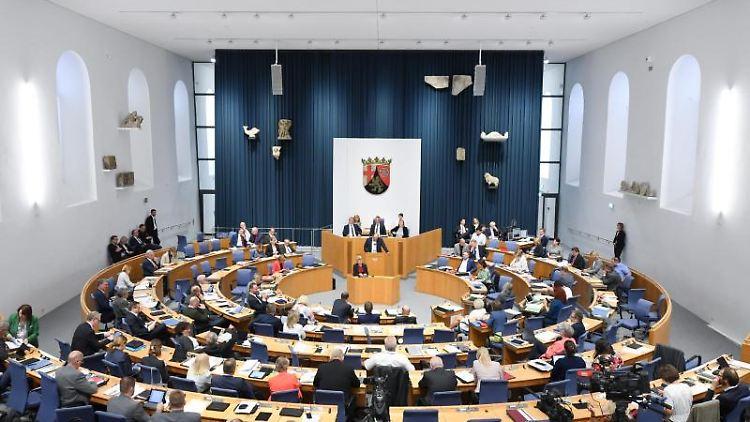 Die Abgeordneten des Landtags Rheinland-Pfalz im provisorischen Plenarsaal. Foto: Arne Dedert