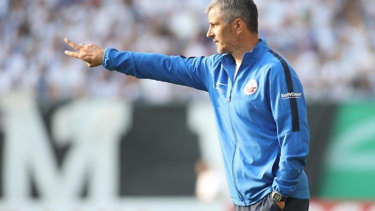 Rostocks Trainer Jens Härtel gibt seinen Spielern Anweisungen. Foto: Danny Gohlke/Archivbild