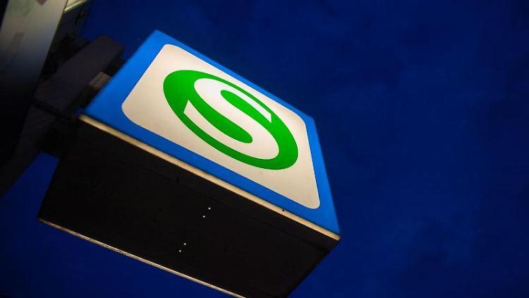 Ein S-Bahn-Schild hängt an der Station Hackerbrücke. Foto: Lino Mirgeler/Archivbild