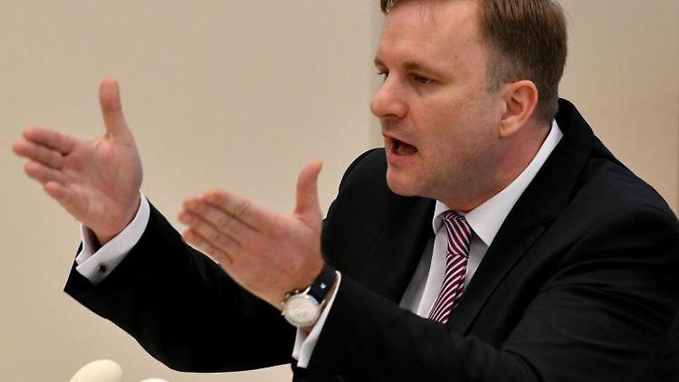 Steeven Bretz, Sprecher für Haushalt und Finanzen der CDU, spricht in der Haushaltsdebatte des Landtages. Foto: Bernd Settnik/Archivbild