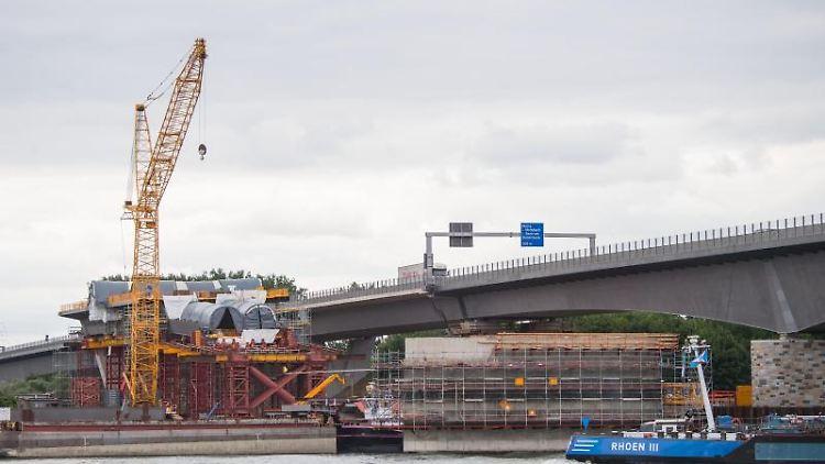 Ein Binnenschiff fährt an der Brückenbaustelle vorbei. Foto: Andreas Arnold/Archivbild