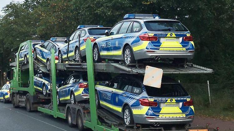 Der angehaltene Autotransporter mit neuen Funkstreifenwagen für die Polizei in Bayern. Foto: Polizeiinspektion Verden/Osterholz