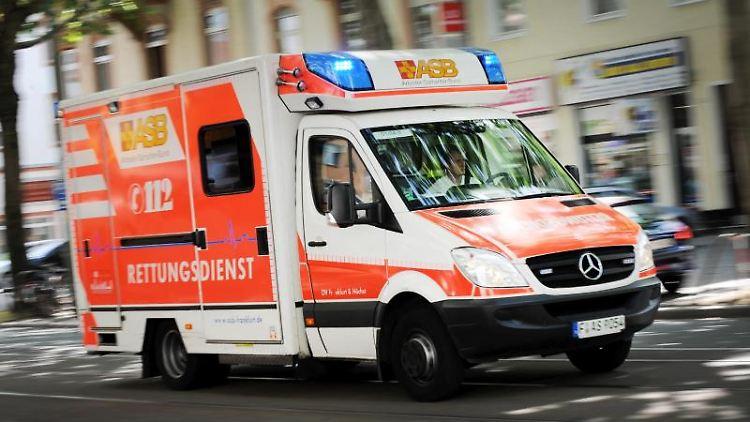 Ein ASB-Rettungsfahrzeug im Einsatz. Foto:Arne Dedert/Archivbild