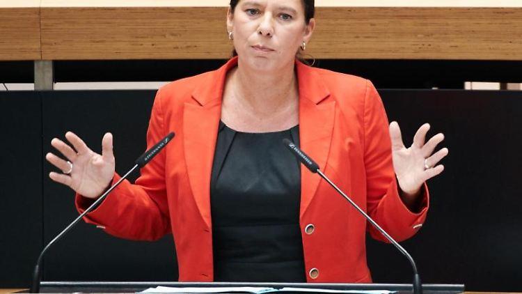 Sandra Scheeres (SPD), Bildungssenatorin, spricht während der Plenarsitzung im Berliner Abgeordnetenhaus. Foto:Annette Riedl/Archivbild